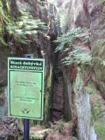 Hluboký příkop po vytěžené polzenitové žíle třetihorního stáří o mocnosti kolem 2 m na Schachtsteinu., Markéta Vajskebrová, 2016