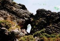 Hřeben je mrazovým zvětráváním rozčleněn do řady na sebe navazujících skalních útesů a bloků, z nichž horní je vyhlídkový. Pod ním vzniklo v užší, puklinami prostoupené poloze malé skalní okno., Jan Vítek, 2014