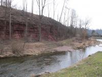 Skalní stěna souvisle dlouhá 400 m a vysoká až 7 m s převažujícími červenými prachovci a pískovci permského stáří prosečenského souvrství. , Markéta Vajskebrová, 2016