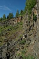 V opuštěném lomu jsou odkryty čedičové horniny, které vznikly při sopečné činnosti Venušiny sopky. Patrná je sloupcovitá odlučnost čediče., Motyčková Kamila - Šír Jiří, 2009