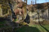 Vodorovně uložené čedičové tufity, ve kterých se objevuje příměs říčních a jezerních valounů. , Motyčková Kamila - Šír Jiří, 2013