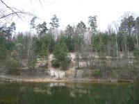 Severní stěna jižní těžebny (Stará kaolínová jáma). Těsně nad hladinou jezera kaolín, výše glacifluviální sedimenty. Nejsvrchnější část vrstevního sledu (glacilakustrinní a glacigenní nebo eolické sedimenty) je zcela zarostlá vegetací. , Martin Hanáček, 2008