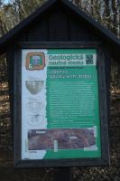 Paleontologická typová lokalita a  významný studijní profil. Ve výchozech se nachází diabasové polštářové lávy, tufitické břidlice, vápnité tufity, vápence a vápnité břidlice motolského souvrství silurského stáří.  , Motyčková Kamila - Šír Jiří, 2015