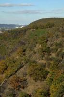 Skalní srázy s pliocenní plošinou na vrcholu tvořené starohorními břidlicemi štěchovické skupiny a proťaté žilou porfyritu a minety. , Motyčková Kamila - Šír Jiří, 2007