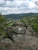 Členité skalnaté svahy vltavského údolí tvoří vulkanity jílovského pásma starohorní kralupsko-zbraslavské skupiny., Motyčková Kamila - Šír Jiří, 2005