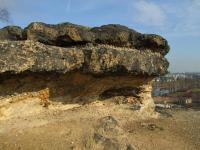 Rozsáhlé skalní výchozy, tvořené karbonskými horninami stáří westfal na něž ostře nasedají svrchnokřídové uloženiny, jejichž sled počíná bazálními slepenci. Na hranici je rozlišitelný rozdílný sklon vrstev obou útvarů., Motyčková Kamila - Šír Jiří, 2007