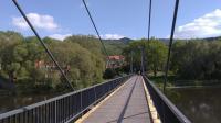Pohled na Rašovické skály od severu z lávky přes Ohři v Rašovicích., Pavla Gürtlerová, 2017