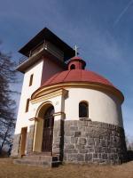 Přímo na vrcholu vrchu stojí kaplička – rotunda sv. Václava z roku 1935,jejíž podezdívka je vystavěna z místního porfyru., Markéta Vajskebrová, 2017