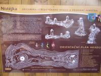 Ostroh se skalními výchozy chloriticko-seritických a grafitických fylitů. Inforamční tabule., Markéta Vajskebrová, 2014