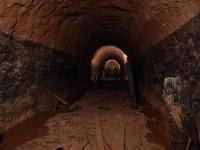 Podzemní chodby nedaleké dělostřelecké tvrze jsou raženy v petromiktních slepencích petrovických vrstev. Tmavá část chodby je pozůstatkem po desítky let trvajícím zatopení., Markéta Vajskebrová, 2017