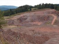 Pohled od severu k jihu na lom v tělese bazaltického andezitu., Markéta Vajskebrová, 2017