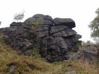 Skalní výchozy na vrcholu Jeřabiny (788 m) modelované mrazovým zvětráváním jsou tvořeny hrubozrnným porfyrickým metagranitem ve tvaru velké budiny obklopené hrubozrnnou okatou ortorulou. Na jedné ze skal je postavena rozhledna Jeřabina., Markéta Vajskebrová, 2017