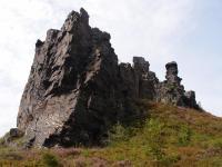 Křemencový skalní útvar, vypreparovaný z okolních ordovických fylitů. Jižní věž z 200 m dlouhého vrcholového hřebene., Markéta Vajskebrová, 2017