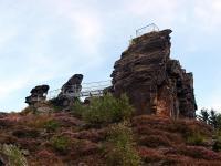 Křemencový skalní útvar, vypreparovaný z okolních ordovických fylitů. Na 774 m vysoké jižní věži je vyhlídka., Markéta Vajskebrová, 2017