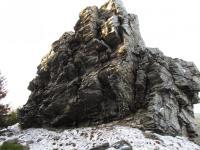 Necelých 20 m dlouhý a zhruba 8 m vysoký skalní křemencový útvar Kamená vrata. Mrazovým zvětráváním v něm vzniklo trojúhelníkovité skalní okno. , Markéta Vajskebrová, 2014