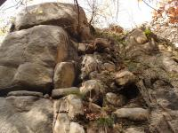 Opuštěný dvouetážový stěnový zahloubený lom v žíle doleritu. Kulovité zvětrávání granitoidů., Markéta Vajskebrová, 2017