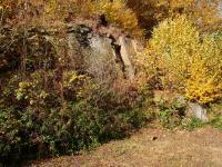 Opuštěný lůmek u silnice ve Vilémově s výchozy typického lužického granodioritu, Markéta Vajskebrová, 2017