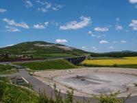 Čedičový kamenolom v Dobkovičkách mohl být jednou z příčin velkého sesuvu zeminy v roce 2003, který zničil již téměř hotovou dálnici a přiblížil se k obci Prackovice., Markéta Vajskebrová, 2018