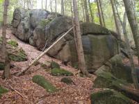 Území tvořené granity krkonošsko-jizerského masivu je bohaté na skalní hřbety, žulové suky i izolované skály, skalní brány, skalní mísy, hřiby a viklany., Markéta Vajskebrová, 2017