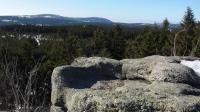 Skalní hrnec na vrcholu Jelení stráně. V pozadí zleva Jizera a Smědavská hora., Markéta Vajskebrová, 2019