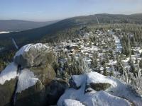 Pohled z vrcholu Pytláckých kamenů na jihovýchodní část Středního Jizerského hřbetu se skalní věží na Jelení stráni., Václav Vajskebr, 2014