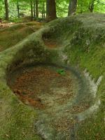 Torzo skalní hradby na vrcholové plošině se stopami tercierního a pleistocenního zvětrávání středně až hrubozrnného porfyrického dvojslídného granitu., Motyčková Kamila - Šír Jiří, 2007