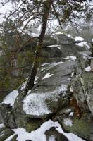 Skalní hřbet a věže s vrcholovými skalními mísami zvanými